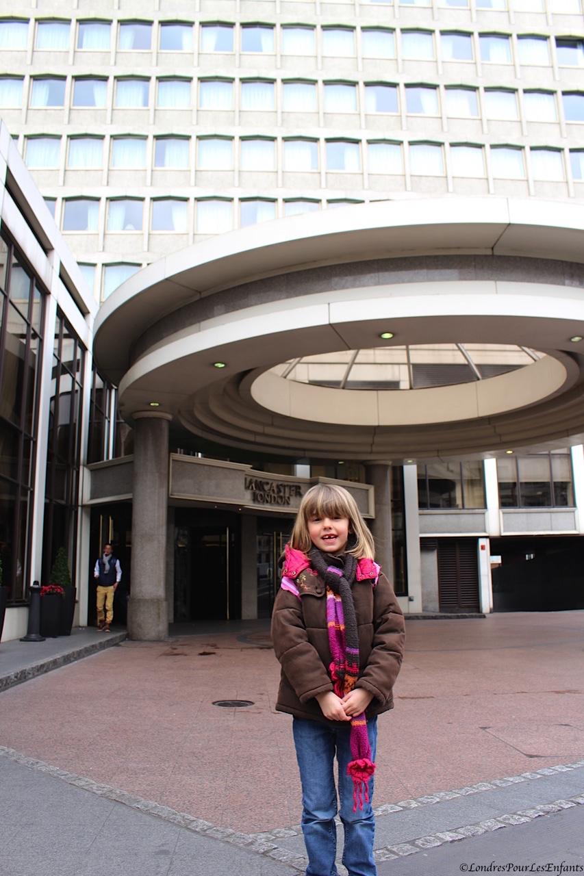 Elijah devant le Lancaster Hotel London